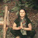 Lektorka cvičící jógu v přírodě